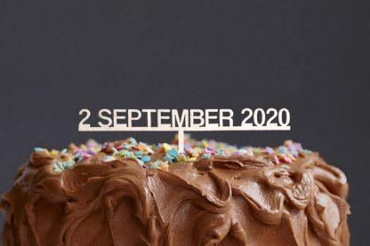 taarttopper met datum, bestaande uit dag, maand en jaar