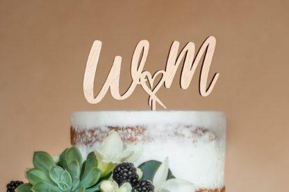 houten taarttopper met initialen naast hartje